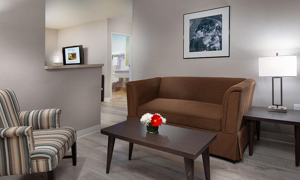 Safari Inn Burbank CA Accommodations Coast Premium King Mini Suite-Sitting-Area